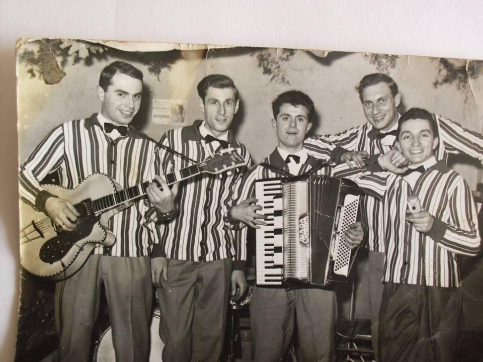 """Primissimi anni '60. Complesso """"Gli Zenit di Pio Baio). Da Sinistra, Luciano Regalzi (Mio Fratellone, Chitarra), Tamarindo (Batteria), Torello (Fisa), Giacinto Pesce (Voce) e dietro Pio Baio (Pianoforte)."""