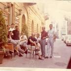 """Alcuni """"baletiani"""" seduti all'esterno del bar Baleta."""