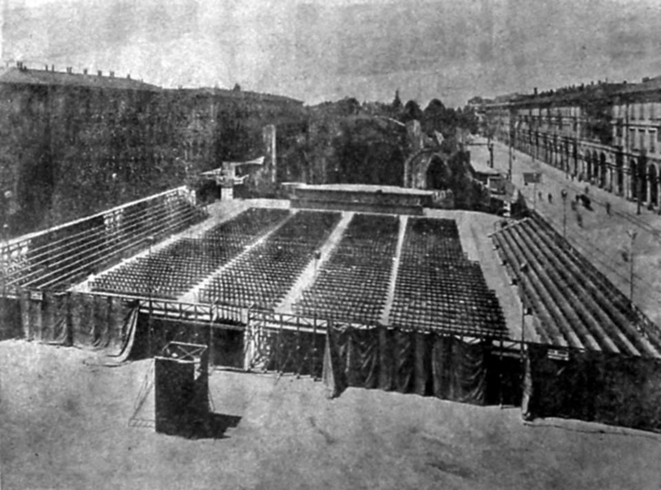"""Il Carro di Tespi, era un teatro ambulante che girava le piazze per portare cultura (noi qui chiudiamo i teatri per """"potare"""" cultura) Siamo in piazza Garibaldi in epoca fascista"""