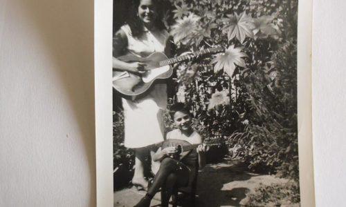 Gianni Regalzi. Primi anni '60. Sto fingendo di suonare il mandolino con mia sorella Palma, purtroppo già volata in cielo, nel giardino di casa Regalzi.