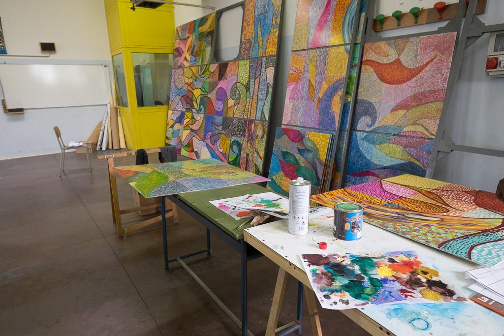 Fra i laboratori più seguiti vi è quello di pittura. I detenuti selezionati per parteciparvi studiano storia dell'arte, riproducono opere famose e lavorano a progetti originali