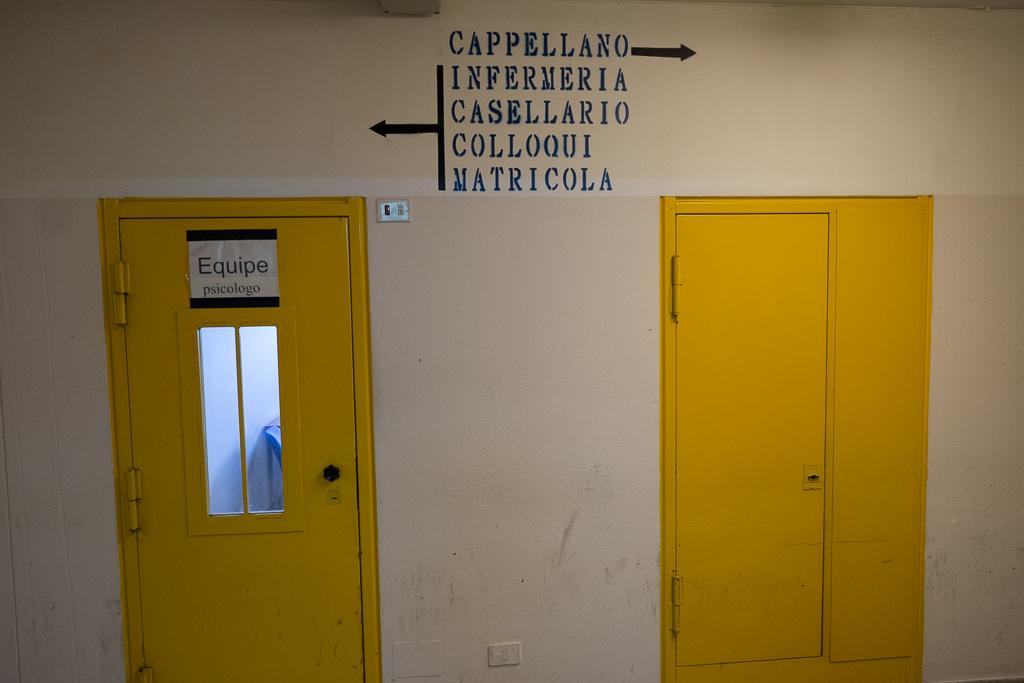 Entriamo ora nei bracci dell'istituto. Scritte sul muro ci aiutano a orientarci in un vero e proprio dedalo di corridoi, finestre con inferiate e cancelli chiusi a chiave. Il colore che predomina è il giallo (tutte le porte e le finistre sono di questo colore)