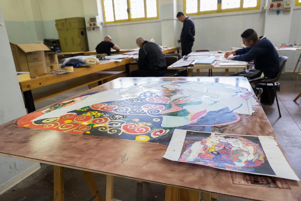 Alcuni detenuti al lavoro nel laboratorio artistico