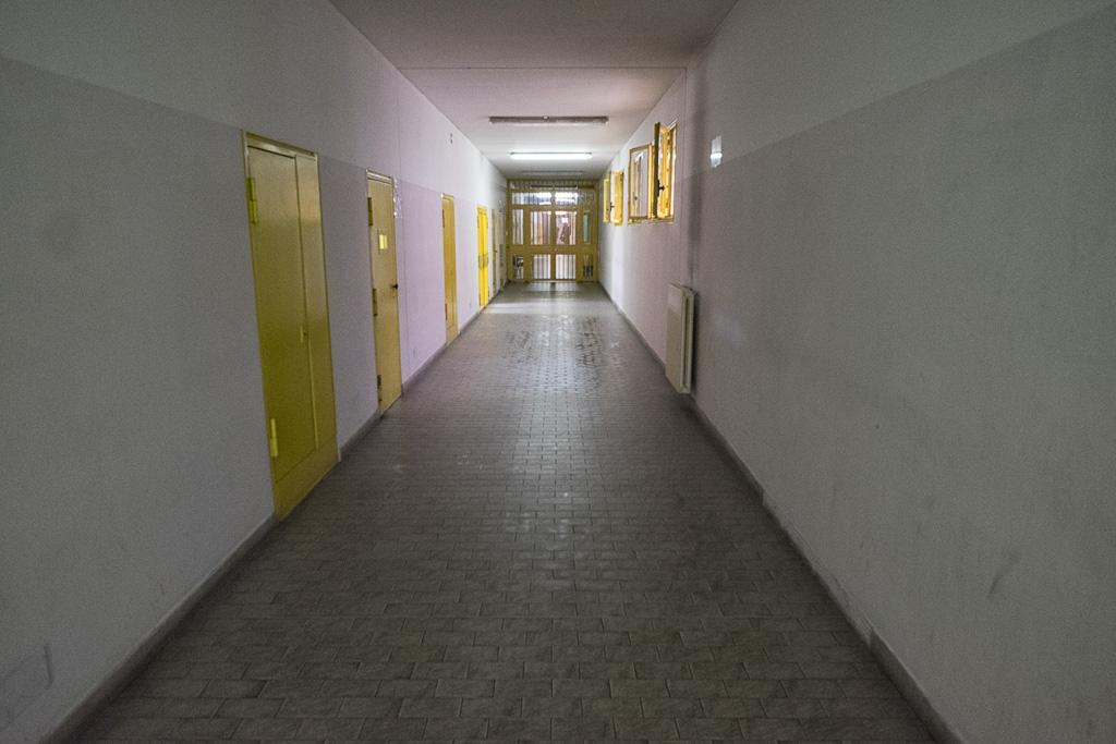Prendiamo il corridoio che ci porta all'area dei laboratori e agli spazi dedicati all'insegnamento