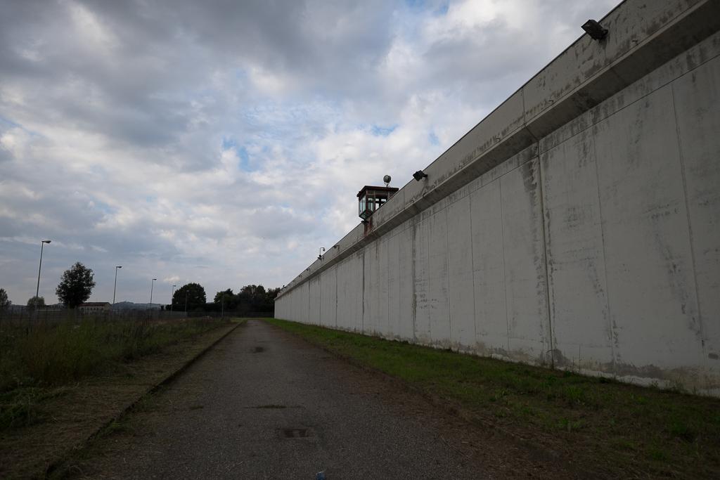 La sensazione di imponenza del muro, dotato di diversi sistemi di sicurezza, mista al silenzio quasi assoluto che ci circonda, ci fa immediatamente capire di trovarci in un luogo particolare e differente da qualsiasi altra costruzione in città