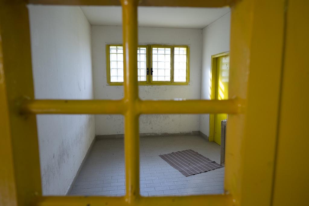 """ll'interno del carcere esiste una cappella dedicata alla preghiera, ma sugli altri piani sono comunque allestiti spazi """"di fortuna"""" per consentire a chi lo desidera di compiere le attività di preghiera richiesta dalla proprie fede. Ecco uno di questi spazi, sicuramente essenziale nel suo allestimento, destinato ai detenuti di fede musulmana."""
