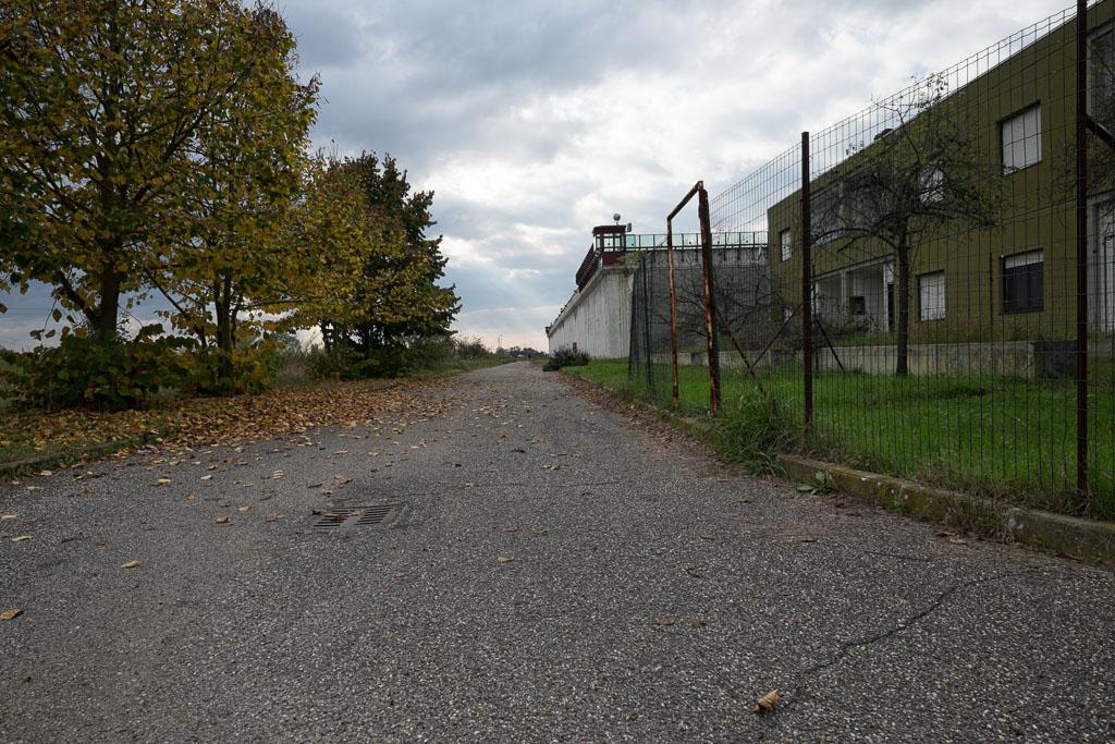 Lungo il perimetro esterno vi sono alloggi ormai non più utilizzati e ampi viali che costeggiano la struttura