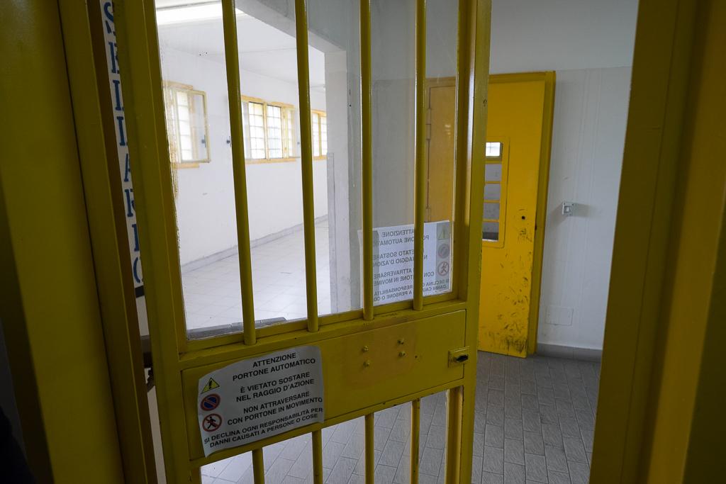 Entriamo ancora più in profondità nell'istituto: un altro cancello, un altro corridio.