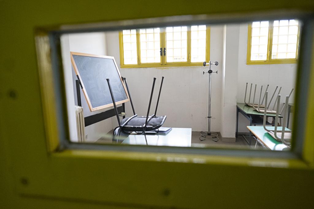 Cattedra, lavagne e banchi: le aule dedicate all'insegnamento non sono differenti da quelle di qualsiasi altra scuola (sebbene più piccole). Alle finestre però le sbarre non mancano mai