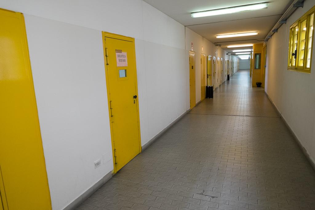 Targhe sulle porte, tutte gialle, tutte uguali, aiutano a orientarci: qui siamo a pochi passi dallo spazio adibito a biblioteca.
