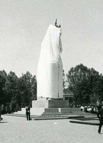 Monumento-ai-Caduti-con-telo-Particolare