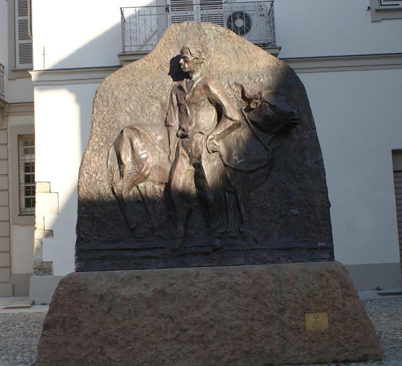 Nella foto: Il Monumento a Gagliaudo, sito in Piazza Giovanni XXIII