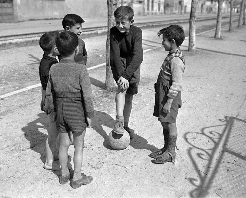 Bambini negli anni '50.... si costruivano molto spesso da soli i loro giochi con i materiali che c'erano a disposizione,e la fantasia diventava la materia prima... I giochi si facevano prevalentemente all'aperto, sull'aia, nei cortili,anche per strada, o nei tanti spazi che la natura concedeva....
