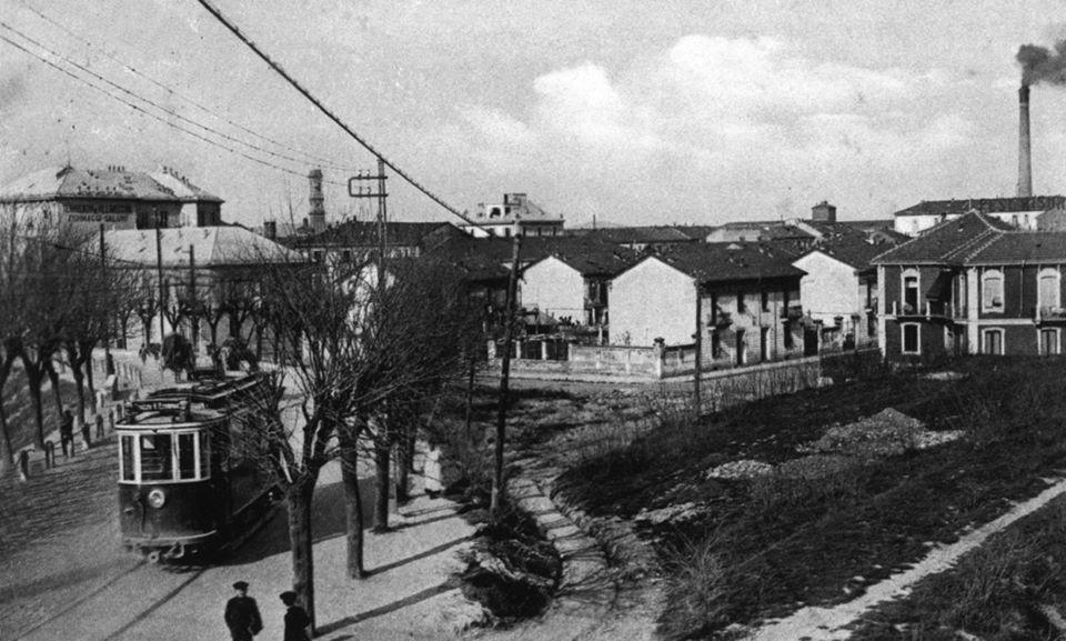 uno dei primi tram con sullo sfondo una Via Aspromonte che forse non c'era, come Via Livorno...
