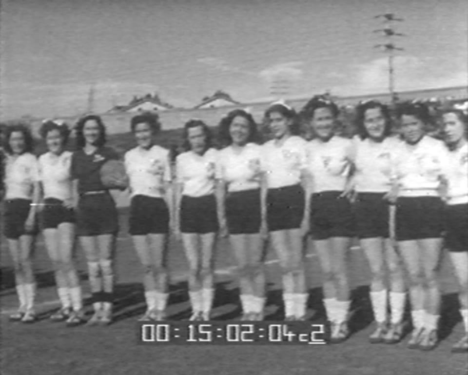 Una ...postazione un po' inusitata, ma anche questa è storia del nostro calcio. Nel 1948/49, si varò un Campionato femminile, cosa veramente eccezionale, visto che le donne avevano avuto da pochissimo il diritto di voto. La Borsalino, che mai in prima persona si era interessata dello sport più amato dagli italiani, creò una propria squadra, con molte delle sue operaie, già attive nel dopolavoro. Sulla maglia spiccava in bella evidenza la sua pubblicità e la formazione si chiamò Borsalino-Alessandria. La sua guida fu affidata al prof. Scamuzzi ,che diventerà poi allenatore dei grigi. L'altra metà del cielo grigio vinse alla grande. Purtroppo il Campionato, come già successe ai fratelli maggiori nel 1897, non fu omologato e quindi nessun palmares da affidare alla bacheca. I giornali e la Settimana Incom diedero ampio rilievo al fatto e la cosa curiosa, per una sorta di pudore censorio, fu che le cronache riportavano le giocatrici con i soli nomi propri. Dopo la disgrazia del Torino, i genitori delle fanciulle non le lasciarono più esercitare questa attività sportiva, perchè erano andate a Palermo con l'aereo. Così finì una storia che poteva essere più brillante di quella dei colleghi pedatori. L'ultima calciatrice è scomparsa recentemente...