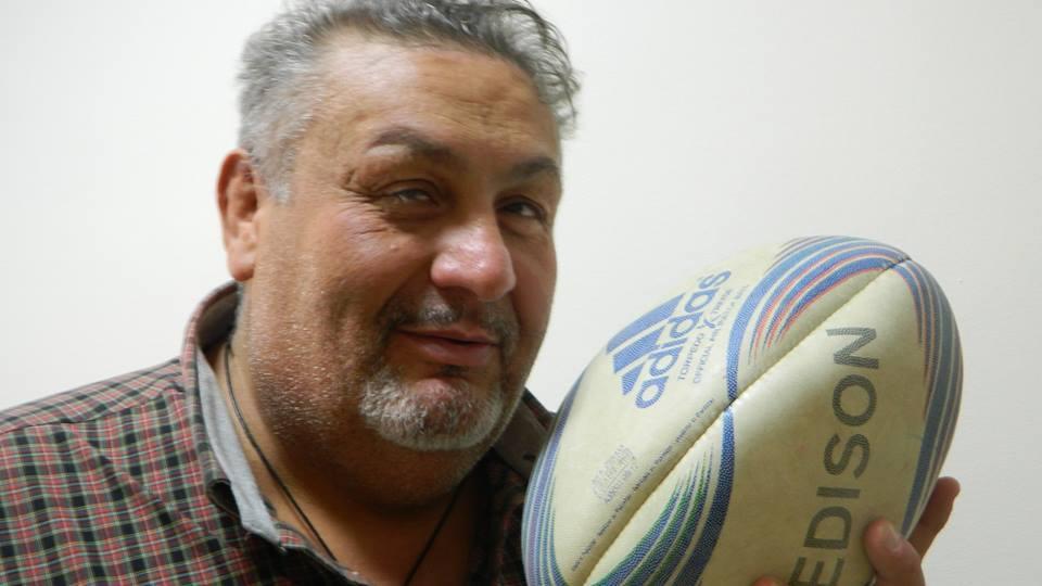 FRANCO BERNI Franco Berni (Alessandria, 9 gennaio 1965) è un ex rugbista a 15 e allenatore di rugby italiano, già seconda linea, che prese parte con la Nazionale italiana alla I Coppa del Mondo di rugby (1987). Seconda linea dal fisico possente (circa 150 kg per due metri d'altezza), crebbe nelle file del DLF Alessandria; all'Alessandria nel 1981-'82, fece parte della squadra che fu promossa dalla serie C alla B. Nel 1982 passò all'ASR Milano e divenne quasi subito internazionale Under-17; fu anche premiato dalla Gazzetta dello Sport come miglior Under-21 della serie A. Nel 1985 esordì in Nazionale maggiore a Braşov contro la Romania in Coppa FIRA e, due anni dopo, fu tra i convocati alla Coppa del Mondo di rugby 1987, la prima della storia; in essa Berni disputò solo un incontro, quello con la Nuova Zelanda, che è anche la prima partita in assoluto della storia del torneo mondiale. Trasferitosi all'Amatori Milano, con tale squadra, poi nota come Milan, vinse 4 scudetti e una Coppa Italia negli anni Novanta. Oggi fa l'allenatore, ma molto bella è la sua storia privata di uomo. Alla ricerca di giovani da avviare al rugby, conobbe un ragazzo marocchino seguito dai servizi sociali. Lo portò sul campo a giocare e poi ottenne l'affido del ragazzo. Hamid En Naour oggi calca i campi della massima categoria rugbistica italiana e ha anche fatto il suo esordio nella Nazionale giovanile. Quandoindossò la maglia azzurra disse che in tribuna c'era suo papà. Franco Berni subito non capì, pensando che magari fosse giunto il suo genitore naturale. Ma Hamid indicò ai giornalisti proprio Franco Berni. Che bella storia a lieto fine! Il vecchio campione e un giovane che avrebbe anche potuto finire male nella vita. Ma lo sport serve anche a ridare speranza e grande dignità alle persone, e il rugby ha fatto trovare a Hamid una vera famiglia! - Federazione Italiana Rugby