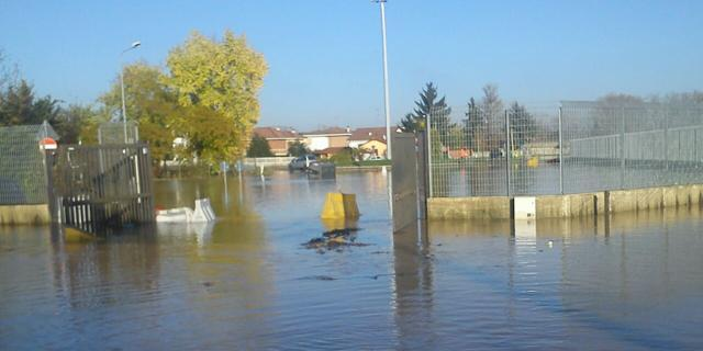 L'ingresso della Motorizzazione civile in via Porcellana sommerso dall'acqua