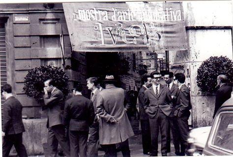 La particolarita' di questa manifestazione,era quella di essere organizzata dagli studenti locali,per quelli delle Accademie. La mostra si svolgeva in via Dell'Erba,e il fulcro dell'organizzazione era naturalmente,all'interno del bar.