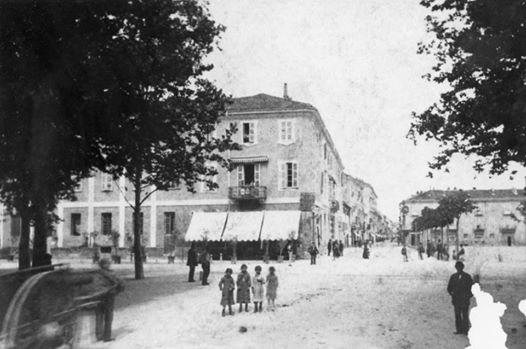 Inizio C.so Roma da P.za Garibaldi e Porta Savona.Quello sulla sinistra era l'antico caffè Vittoria e a destra non c'erano ancora i Portici. Siamo quindi prima della fine dell'800.