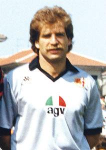 Il 28 ottobre 1958 nasce a Taranto Paolo Mazzeni. Difensore grintoso eppure dotato di buona tecnica, Mazzeni arriva ad Alessandria nel 1990, contribuendo alla promozione dei Grigi. Per lui quell'anno 31 partite.