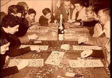 Le vere feste Natalizie erano queste,senza tante pretese e senza tante aspettative,riuniti tutti insieme...solo con una fetta di panettone,pochi soldi..ma con tanta,...tanta felicità nel cuore....