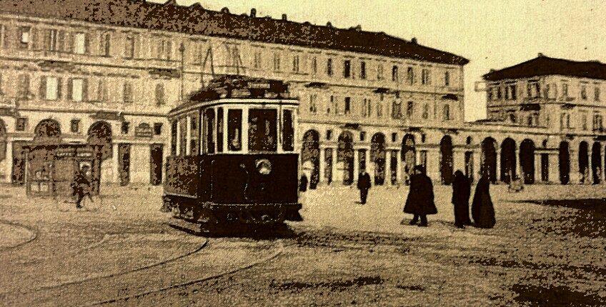 Alessandria pzza Garibaldi. .una bella visione della piazza. Con il tram