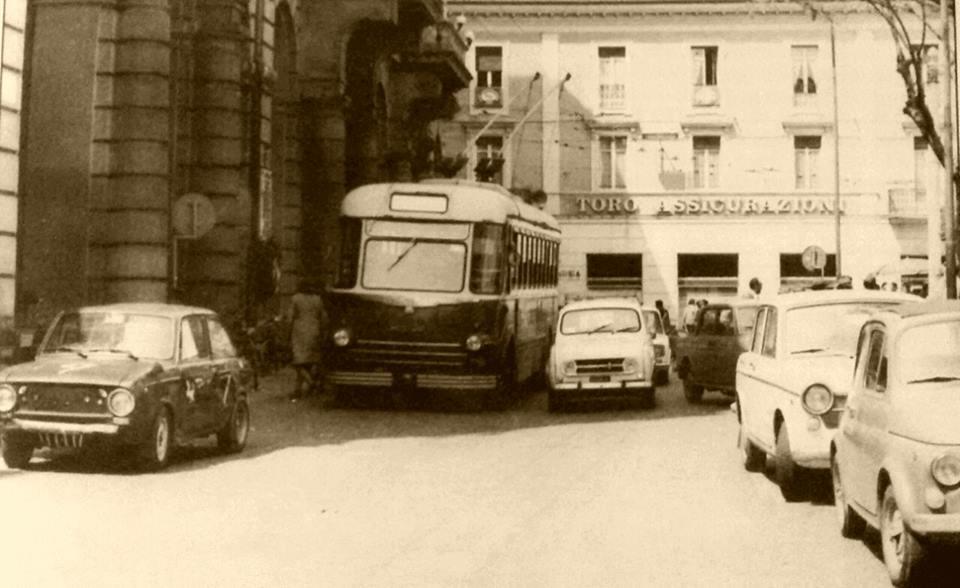 Alessandria piazza libertà. .fermata filobus davanti al palazzo comunale. ..