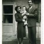 FOTO DI FAMIGLIA –  Un giovanissimo Tony Frisina in compagnia dei suoi genitori nel cortile della sua abitazione in via Piacenza 18 (oggi però 66).
