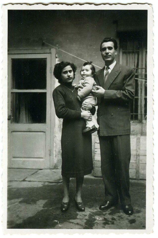 FOTO DI FAMIGLIA Un giovanissimo Tony Frisina in compagnia dei suoi genitori nel cortile della sua abitazione in via Piacenza 18 (oggi però 66).