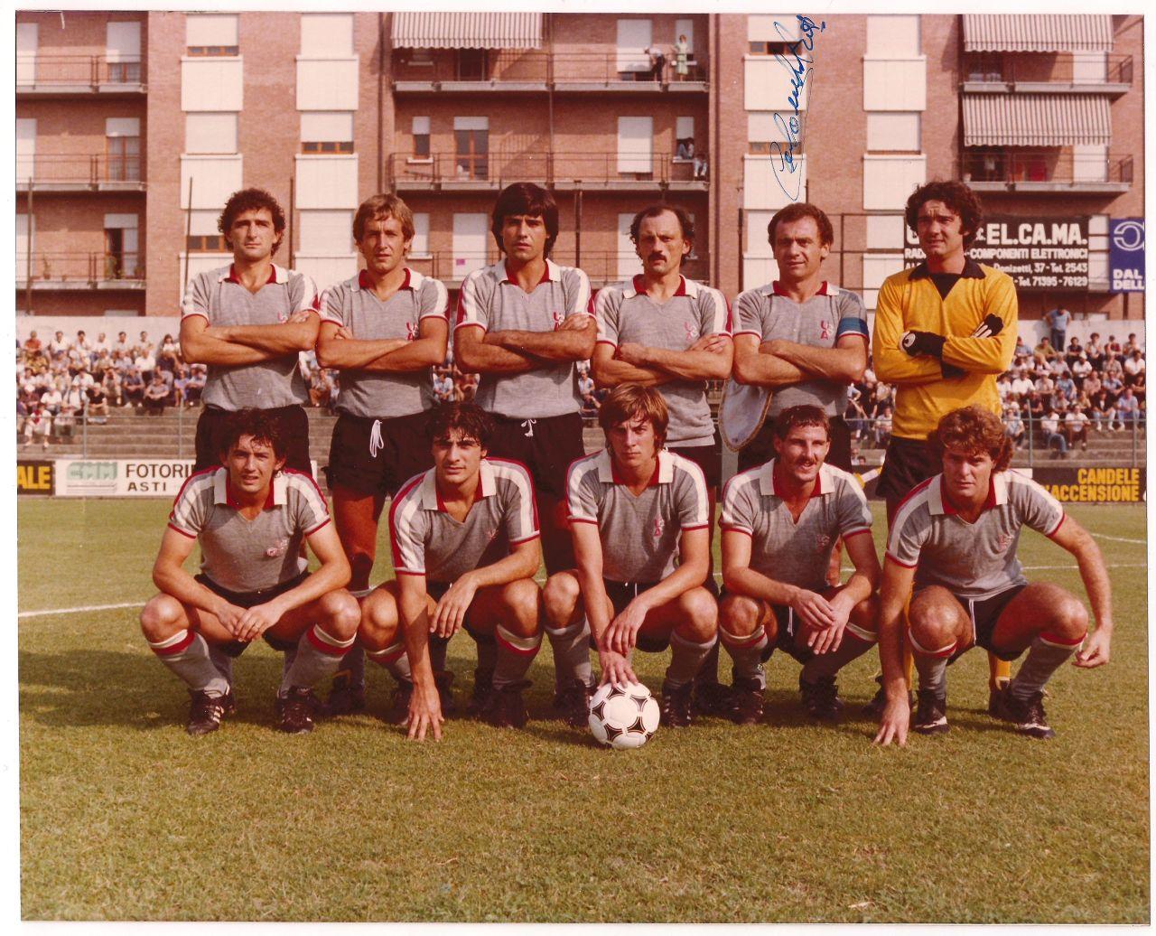 Rosso presente negli anni '80... i colori della bandiera crociata cittadina accompagnano il grigionero. Ecco la maglia 1980-81.