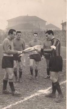 Pietruzzi con Fattori capitano dell'Inter. Siamo nel 1951-'52.