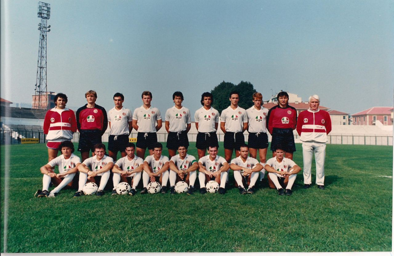1986-87. Bordini e calzettoni bianchi. Scompare il rosso