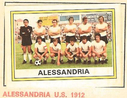 Figurine panini 1973-74. La classificherei come una insolita seconda maglia bianca un po' di emergenza. Manca anche lo stemma sulla maglia, che l'Alessandria ha quasi sempre portato.