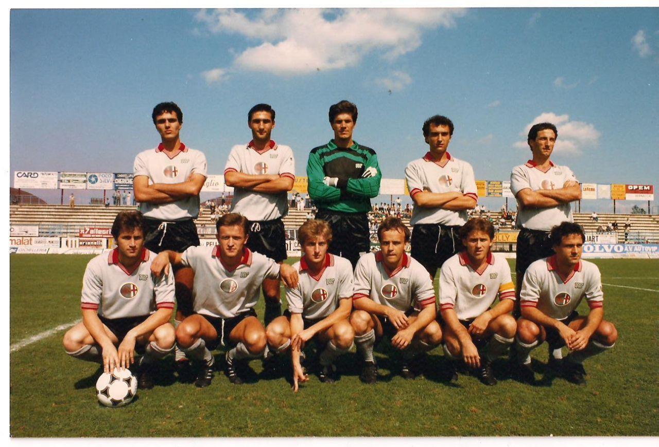 La divisa delle stagioni 1984-85 e 1985-86. Calzettoni grigi.