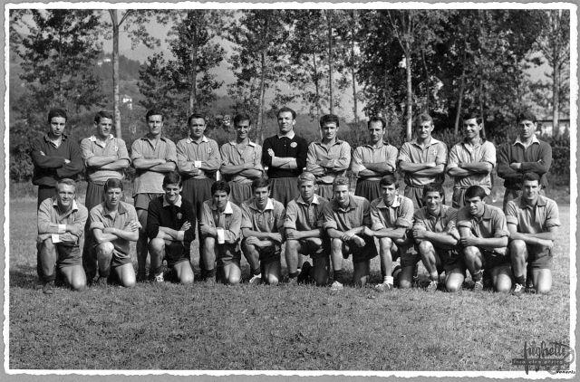 Varianti nel colletto in alcune foto non datate. La prima foto potrebbe essere del 1964 o 1965 (metà maglie hanno il colletto grigio chiaro anzichè blu); le altre due foto mostrano la versione della maglia con sottile bordino bianco in versione girocollo o colletto.