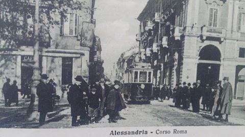 Alessandria ..tutti in fila a vedere passare il tram ..una novità per quei tempi ..
