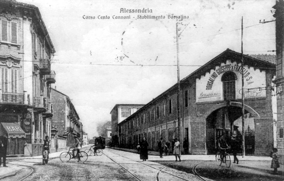 In questa cartolina tre storici elementi. A sinistra il Bar Carpano, casa natale del Marocchio; In fondo il tram a vapore per Spinetta e oltre; a destra l'ingresso vecchio della Borsalino