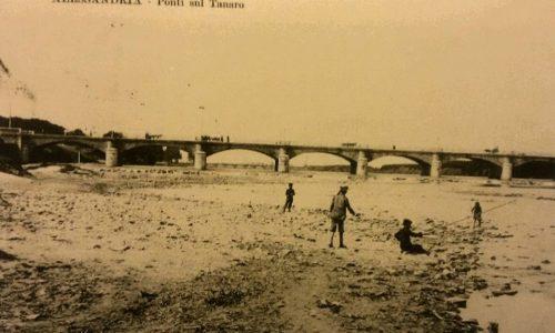 Alessandria. I due ponti sul tanaro. Bambini che giocano e altri che pescano sulle rive del Tanaro