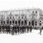 Le truppe italiane sfilano in Piazza Garibaldi  (collezione Tony Frisina)