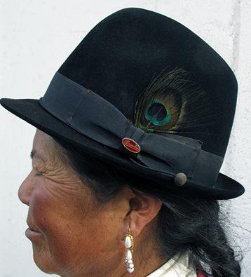 Donna ecuadoregna con cappello Borsalino, prodotto in Colombia per l'azienda alessandrina.