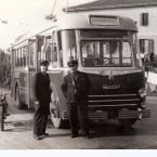 1958 – Autista e bigliettaio in posa davanti al filobus