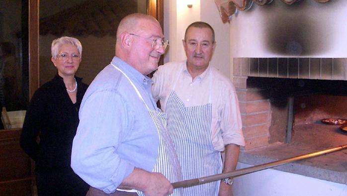 Nella foto d'epoca, Tiziana, Franco (in primo piano) e Renato. I tre «Savino» il giorno in cui prepararono la farinata per Umberto Eco in occasione dell'inaugurazione della biblioteca