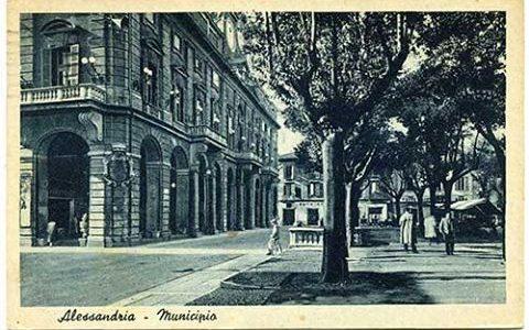 Piazza della Libertà con ancora presenti le scalinate che portavano ai bagni pubblici