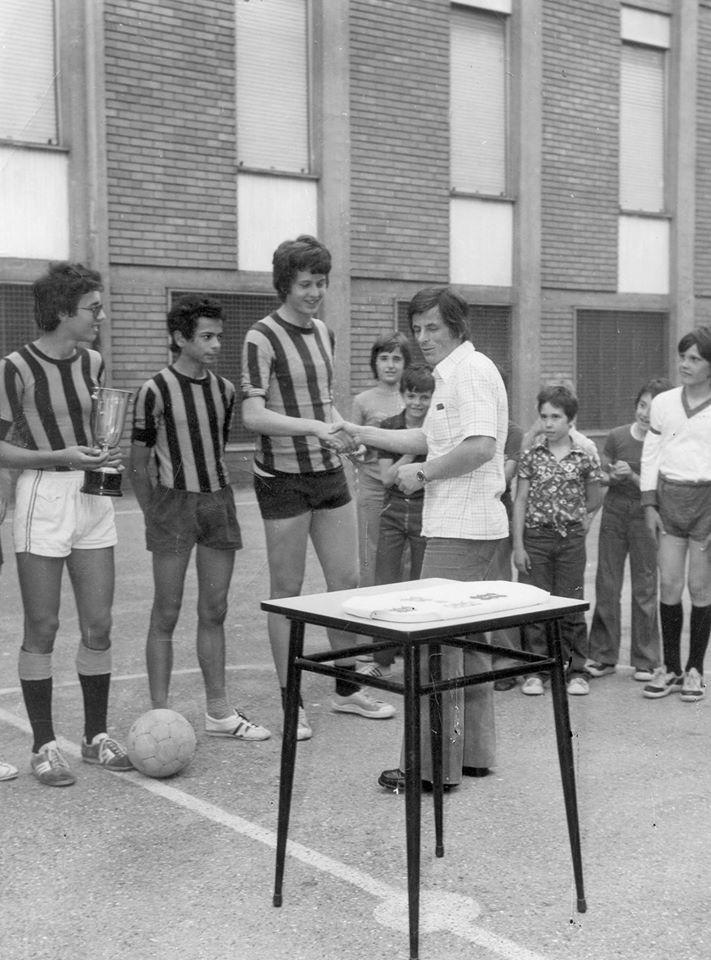 Ottobre 1974 ... torneo di calcio dell'oratorio di san Rocco dove sono nati gli Ultras Grigi. In quegli anni gli oratori erano pieni e i tornei erano all'ordine del giorno. Il giocatore che premia (con la camicia bianca) è Volpato mezz'ala dei grigi della serie b... che abitava come tantissimi giocatori di quella squadra in via de giorgi. Il premiato con la maglia dell'inter sono io... notare con che pallone di cuoio si giocava negli oratori negli anni 70 altro che il tango dell'adidas. Mario Di Cianni