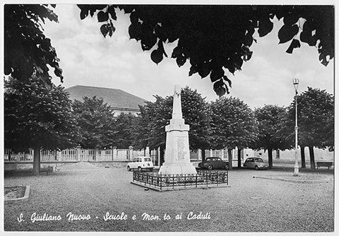Circa 1955 la piazza della ex scuola elementare oppure piazza ai caduti di tutte le guerre. da notare il primo palo dell'illuminazione pubblica nell'aiuola e la seconda aiuola a sinistra oggi tolti. Foto rarissima.