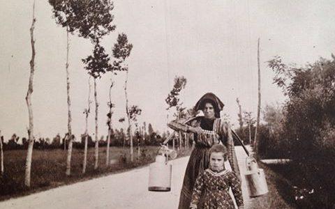 Una lattaia in cammino verso la città di Casale Monferrato accompagnata da sua figlia, circa #1894. Uno scatto del grande fotografo Francesco Negri. 