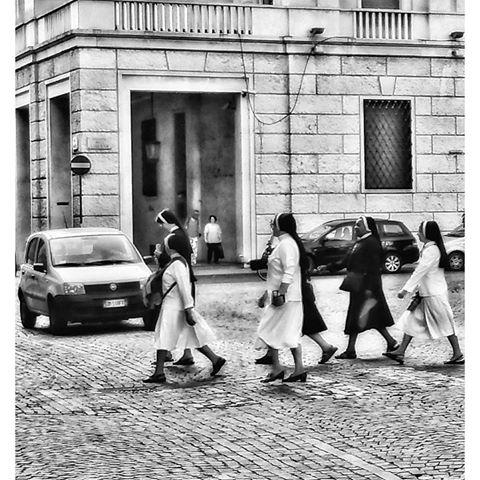 Attenzione, attraversamento suore!!! Piazza della Libertà angolo via Dante (foto Guido Boaretto)