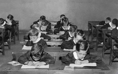 Noi che andavamo a scuola con il grembiule nero e il colletto bianco inamidato….