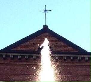 Il sole che illumina l'acqua in piazza Santo Stefano. Guardate la seconda foto, sul vertice dello zampillo della fontana sembra raffigurata una persona. (foto AN DO)