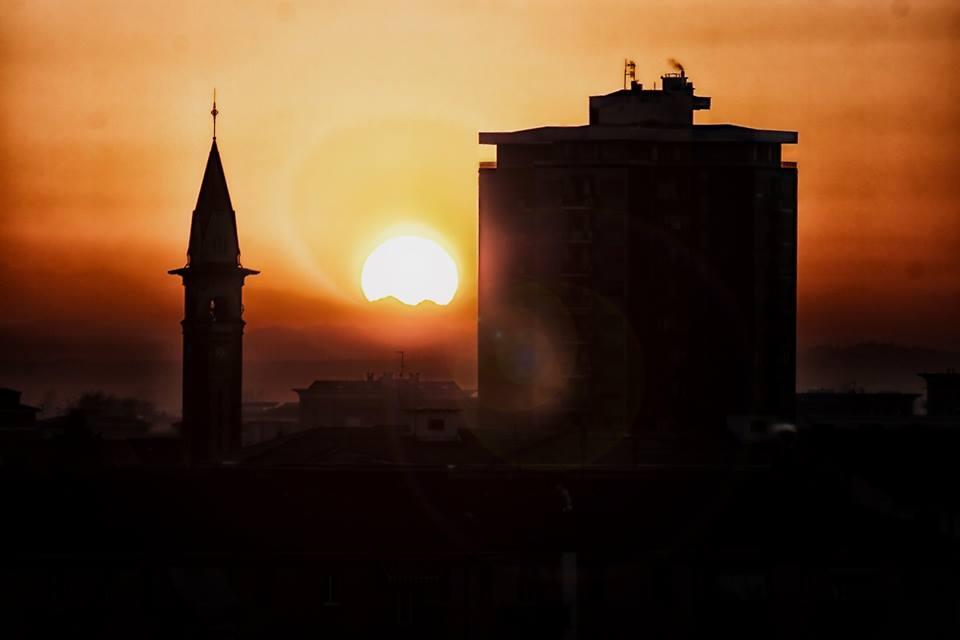 Quartiere Cristo: il grattacielo e il campanile della chiesa foto Aldo Codogno